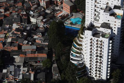Vista aérea mostra a maior favela da cidade, Paraisópolis, ao lado de luxuosos prédios de apartamentos.