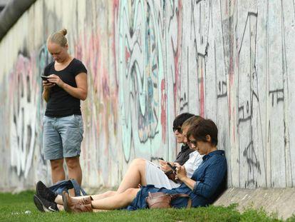 Grupo de pessoas usa smartphone em Berlim, em 12 de agosto passado.