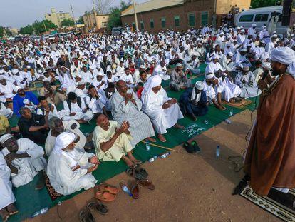 Grupo de fiéis escuta o sermão de um imã no primeiro dos dois dias da festa do Sacrifício ou Eid Al-Adha, em 20 de julho, num subúrbio de Cartum.