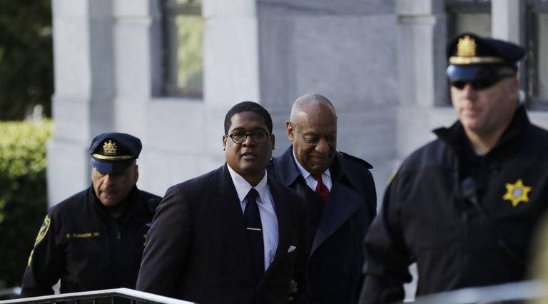 Bill Cosby entrando aos tribunais nesta quinta-feira para conhecer a sentença de seu caso.
