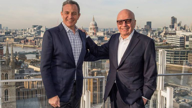 Robert Iger e Rupert Murdoch após assinarem o acordo.