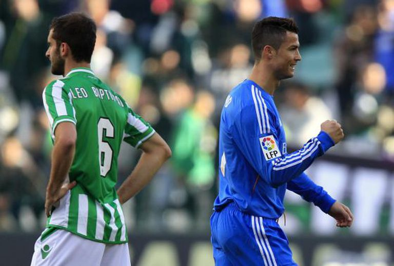 Cristiano celebra seu gol diante de um Baptistao desolado.