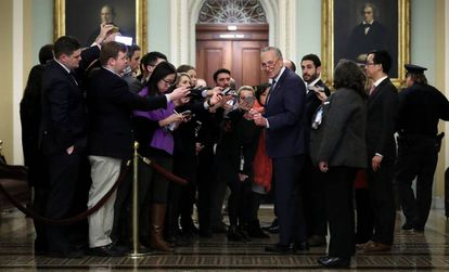 Chuck Schumer, líder da minoria democrata no Senado, ao lado de vários jornalistas na terça-feira.
