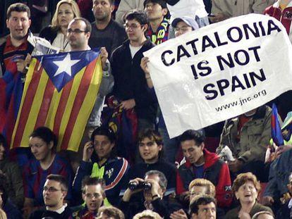 Um aficionado no Camp Nou com a estelada.