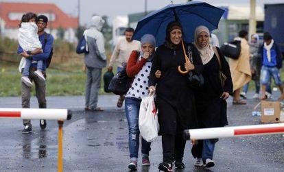 Refugiados chegam a Nickelsdorf, na fronteira austro-húngara.