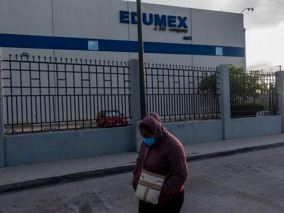 Trabalhadora no lado de fora da fábrica da Edumex, esperando que mais colegas se juntem à greve.