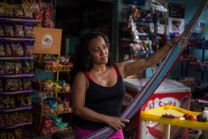 Roxana Valles no interior de seu negócio em que conta com dois sistemas diferentes de pagamento com bitcoin.