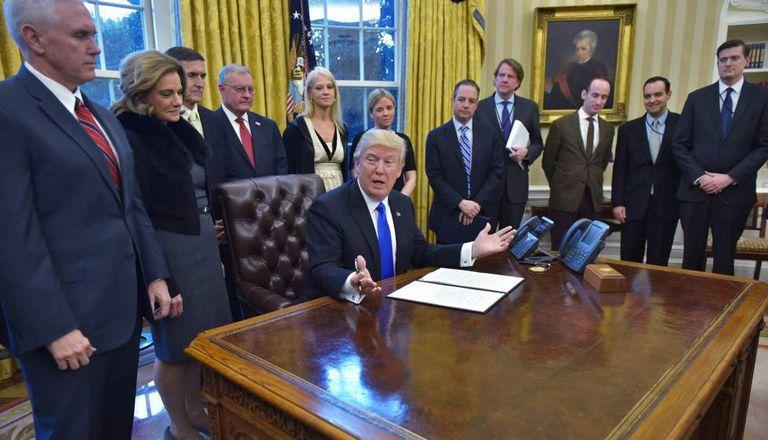 Donald Trump assina novas ordens executivas na Casa Branca.