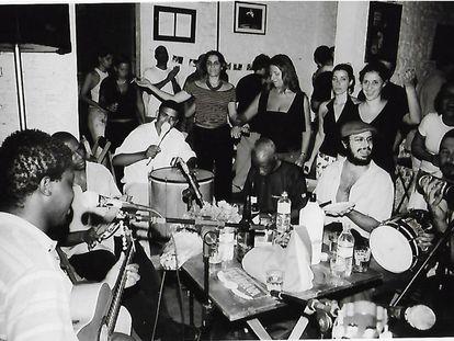 Roda de samba do grupo Inimigos do Batente no bar Ó do Borogodó, em São Paulo.