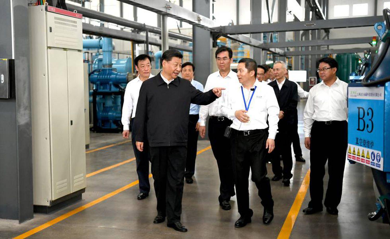 O presidente chinês, Xi Jingping, durante visita a uma empresa de terras raras em Ganzhou em maio.