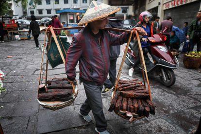 Vendedor ambulante trabalha na cidade velha de Fenghuang em Xiangxi, na China central.