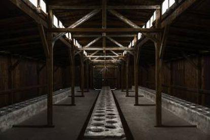 Latrinas de Birkenau. Uma das formas de tortura dos presos era que só podiam usá-las duas vezes por dia, embora muitos deles tivessem disenteria. Era, no entanto, um lugar mais ou menos seguro porque as SS evitavam entrar.