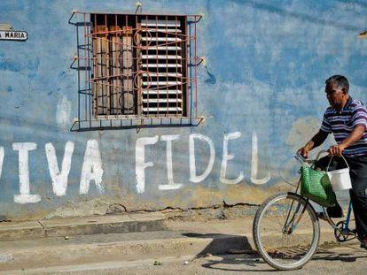 Uma parede pintada lembra Castro em uma rua de Cuba.