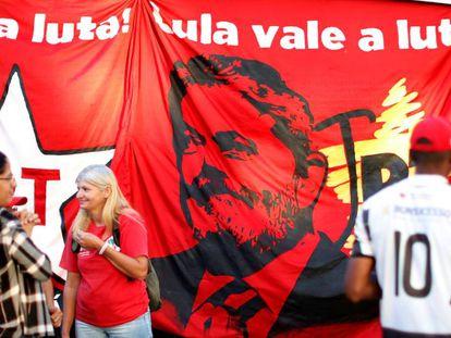 Apoiadores do ex-presidente Lula nesta quarta, próximos a sede da Polícia Federal, em Curitiba.