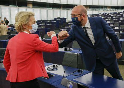 A presidenta da Comissão Europeia, Ursula von der Leyen, cumprimenta o presidente do Conselho Europeu, Charles Michel, nesta quarta-feira no Parlamento Europeu, em Estrasburgo.