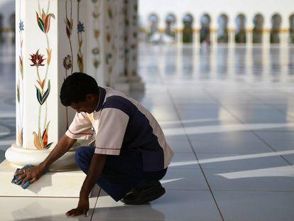 Um trabalhador do setor de limpezas nos Emirados Árabes, em uma imagem e arquivo.