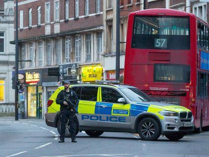 Policial armado reforça a segurança em Streatham, em Londres, onde três pessoas foram feridas a faca.