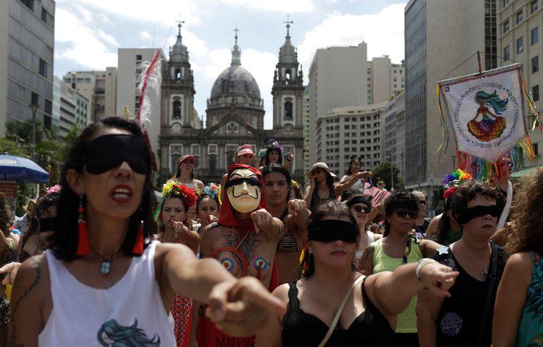 """Feministas fazem a performance de """"Um violador em seu caminho"""" no  Rio de Janeiro."""