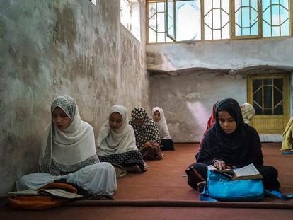 Meninas em uma madraça (escola corânica) em Kandahar, Afeganistão, em 27 de outubro.