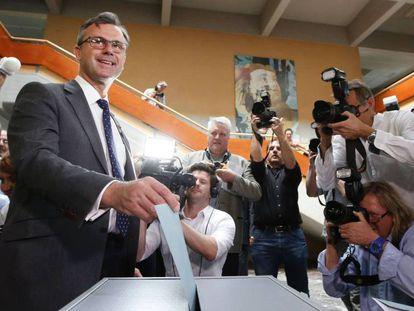 Norbert Hofer vota em um colégio eleitoral de Pinkafeld, ao sul de Viena.