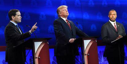 Os candidatos do partido Republicano Marco Rubio (esq.), Donald Trump e Ben Carson, durante o debate da CNBC esta semana.