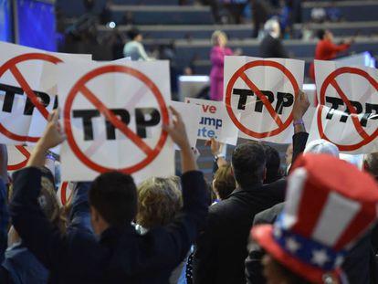 Delegados com cartazes contra o TPP durante a convenção democrata.