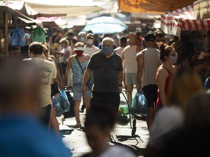 Pessoas passeiam por uma rua comercial no Rio no sábado, 13 de junho.