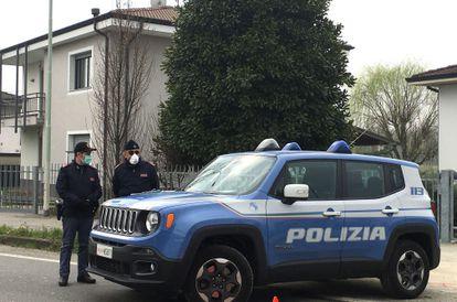 Dois policiais locais em um posto de controle em um município em quarentena na zona vermelha da Lombardia, em 25 de fevereiro.
