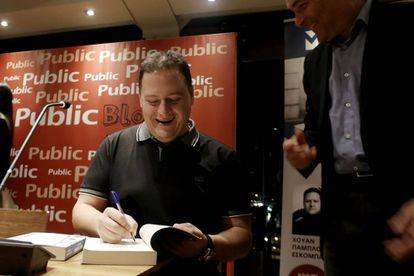 O filho de Pablo Escobar autografa exemplar do livro que escreveu sobre seu pai