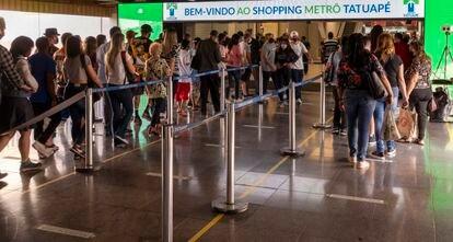 Reabertura de shoppings na capital paulista, em junho, provocou filas de consumidores na entrada dos estabelecimentos.
