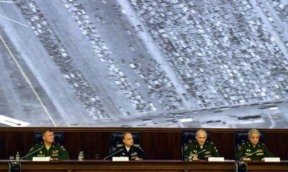 Oficiais do Ministério da Defesa russo mostram em conferência de imprensa as supostas provas do comércio ilegal de petróleo do EI com a Turquia. Na imagem, uma concentração de caminhões na fronteira da Turquia com o Iraque.