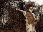 AME228. EL PANTANAL (BRASIL), 09/10/2020.- Fotografía cedida por la organización ambientalista Greenpeace Brasil que muestra una estatua de cuatro metros de altura en mofa del presidente brasileño Jair Bolsonaro en medio de una área devastada por lo incendios forestales en El Pantanal (Brasil). EFE/ Cortesía Greenpeace Brasil/SOLO USO EDITORIAL/NO VENTAS/NOARCHIVO/CRÉDITO OBLIGATORIO: GREENPEACE BRASIL