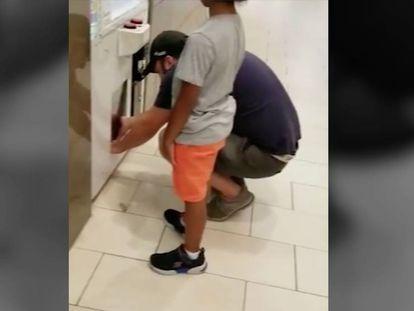 Um homem usa uma criança para roubar os prêmios de uma máquina de jogos em shopping dos EUA.