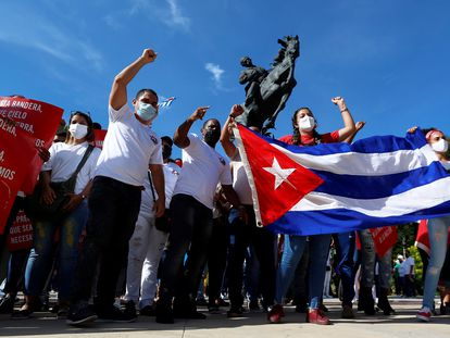 Centenas de cidadãos participam de manifestação em apoio à Revolução Cubana no calçadão do Malecón, em Havana.