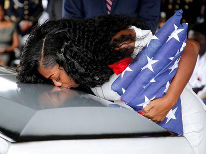 Myeshia Johnson, viúva do sargento La David Johnson, beija o caixão durante o enterro, no sábado.
