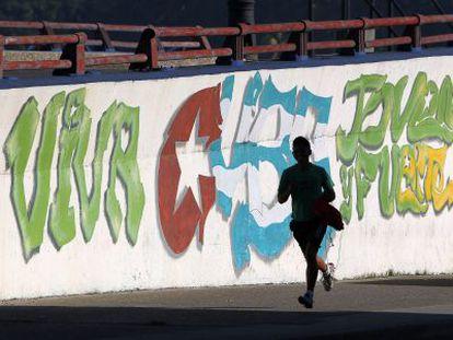 Jovem corre pelas ruas de Havana.