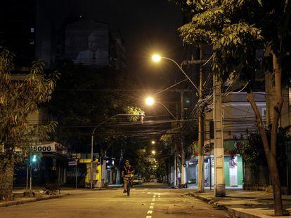 Entregador de aplicativo trafega por rua deserta de Niterói no dia 9 de abril.