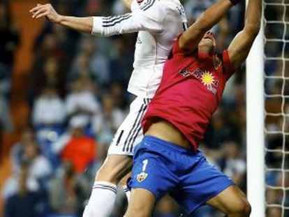 Bala pula a por a bola ante a oposição de Esteban.
