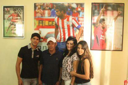 A família de Diego Costa: o irmão Jair, o pai José, a mãe Josileide e a irmã Talita, na casa dos pais do atleta, em Lagarto.