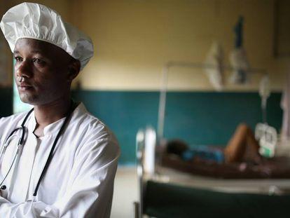 Abdoul Gadiri Diallo, médico do centro de saúde CMC Flamboyants em Conacri, Guiné.
