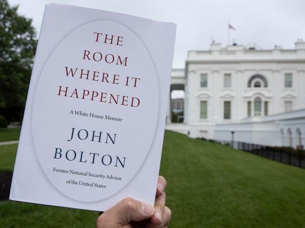 Un ejemplar de 'The room where it happened', las memorias de John Bolton, este jueves frente a la Casa Blanca.