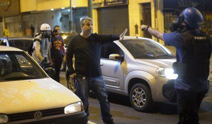 Homem armado que se identificou como policial discute com jornalista.