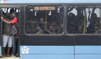 Passageiros em um BRT no Rio de Janeiro na última sexta-feira, 5 de março, quando a capital fluminense adotou medidas restritivas.