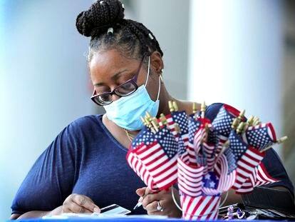 Uma mulher se registra para votar em 22 de setembro durante o Dia Nacional de Registro de Eleitores, na Flórida.