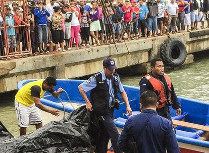 Autoridades locais resgatam corpos de vítimas.
