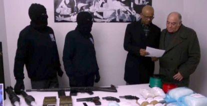 Dois encapuzados do ETA entregam o inventário de armas e explosivos a Ram Manikkalingam, na presença de Ronnie Kasrils.