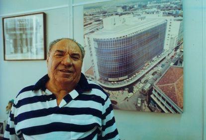 O empresário polonês naturalizado brasileiro Samuel Klein posa para fotos em seu escritório em fevereiro de 1996.