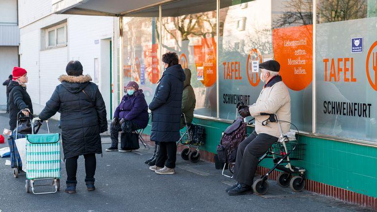 Fila num banco de alimentos na cidade alemã de Schweinfurt, em novembro deste ano