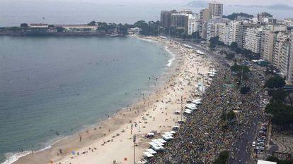 Milhares na orla de Copacabana, neste domingo.