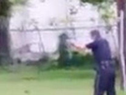 Vídeo feito por uma pessoa que passava pelo local mostra o agente disparando oito vezes contra a vítima, Walter Scott, pelas costas